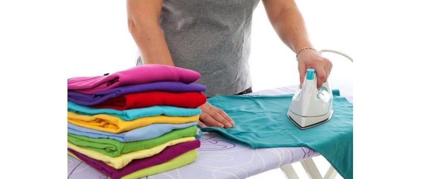 Изображение глажки разнотипных футболок перед складыванием