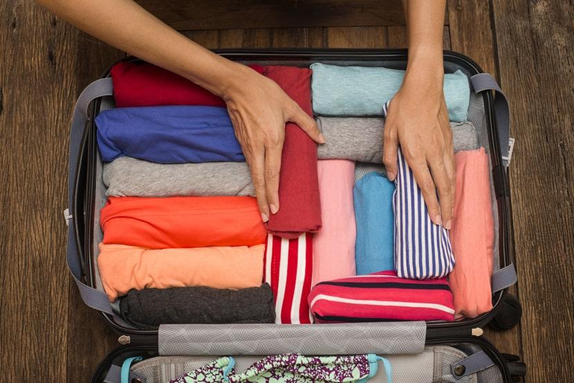Фото с примером складывания футболок «рулончиком» для путешественников